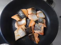 鮭とニラのフライパンちゃんちゃん焼き201112-P1