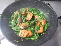 鮭とニラの黒こしょう醤油焼き190723P3