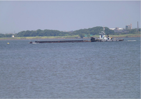 浚渫土を運ぶ運搬船