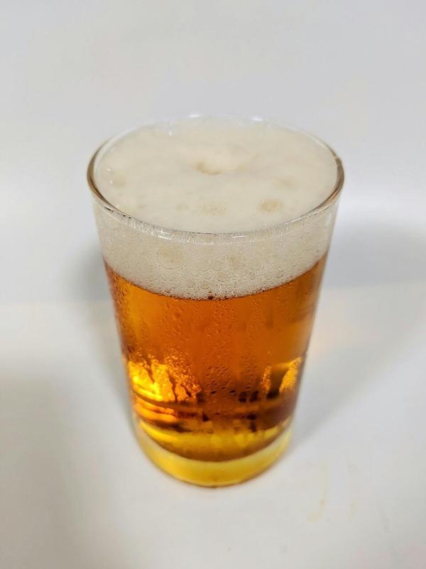 グラスに注がれたペールエール