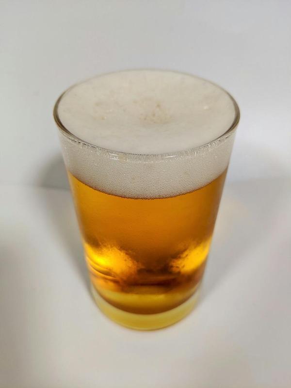 グラスに注がれたビールテイスト飲料