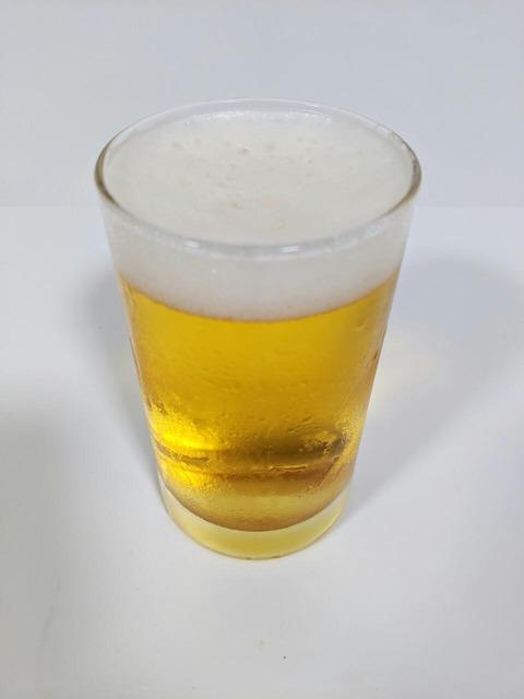 グラスに注がれた生ビール