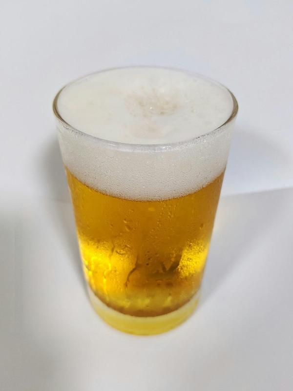 グラスに注がれたエールビール