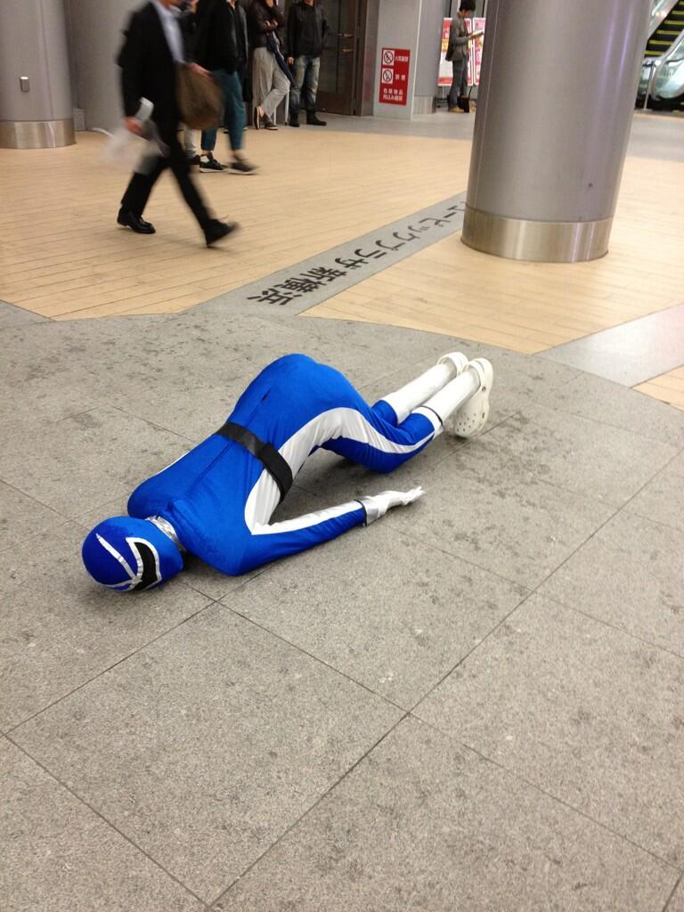 横浜線・新横浜駅の構内で倒れてる青レンジャーがいるようです2(拡大表示)