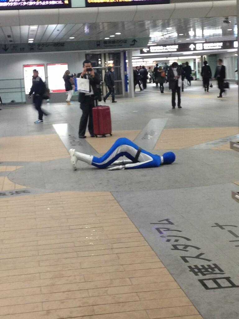 横浜線・新横浜駅の構内で倒れてる青レンジャーがいるようです1(拡大表示)