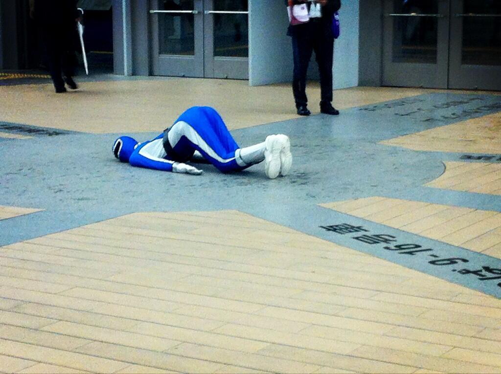 横浜線・新横浜駅の構内で倒れてる青レンジャーがいるようです3(拡大表示)