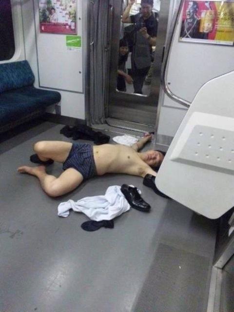 電車で泥酔(拡大表示)