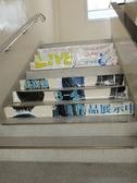 階段にも広告が!