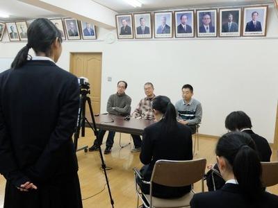 歴代校長に囲まれながらインタビューを受けました。