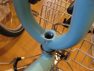 自転車の 自転車のカゴ取り付け : カゴに仮組みしておいた金具を ...