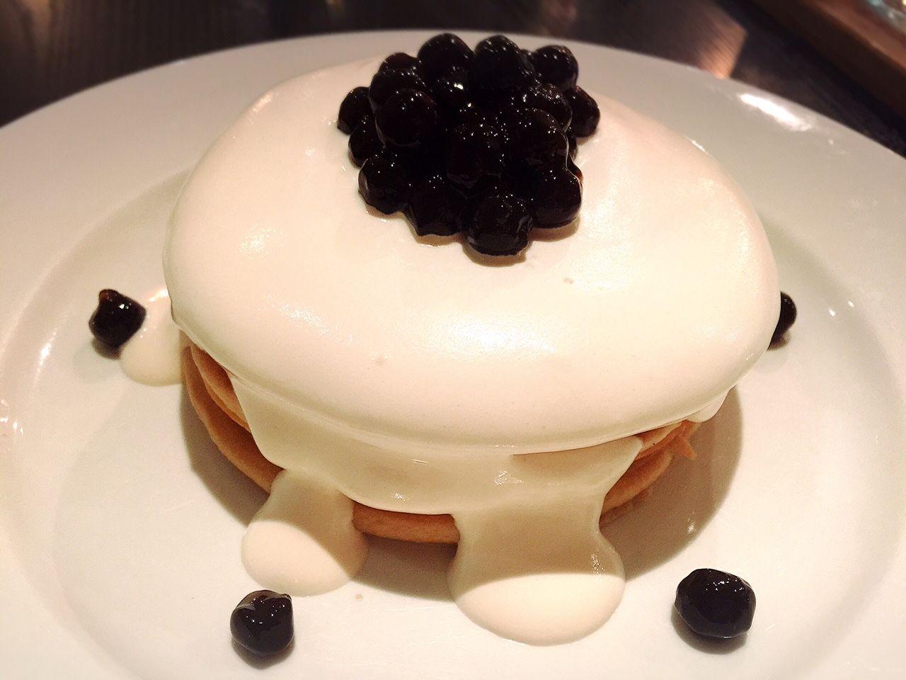 タピオカミルクティーパンケーキタワー(珍珠奶茶鬆餅塔) まず、見た目が可愛い! 女性率100%のカフェですから、とにかく見た目が重要なのです。