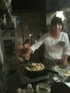 ドーナツを揚げるセイコさん