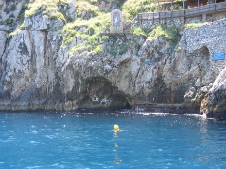 32-0531 カプリ島青の洞窟入口へ2