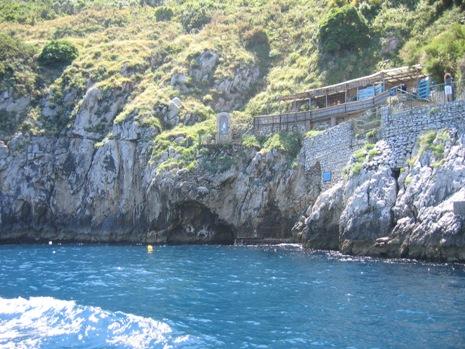 31-0531 カプリ島青の洞窟入口へ1