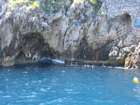 33-0531 カプリ島青の洞窟入口波
