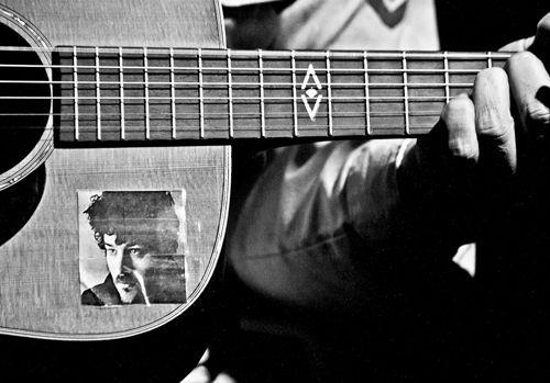 damien-jurado-guitar