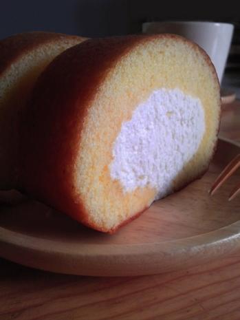 今日のおやつはロールケーキ
