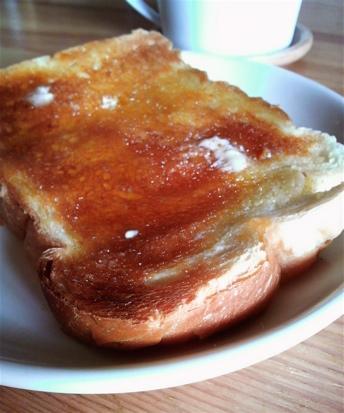 焼きたてパンとはちみつ_2