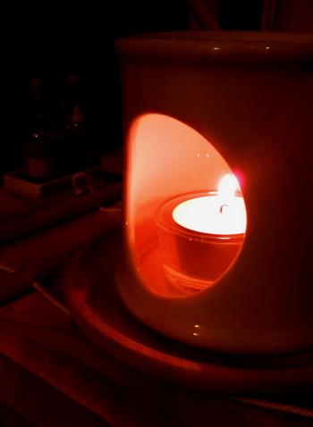 香炉からもれる灯火.jpg