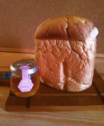 焼きたてパンとはちみつ_1