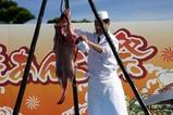 大洗あんこう祭り08-11-23(4)あんこう吊し切り(3)皮をはぐ