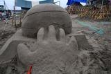 ひたちサンドアートフェスティバル10-07-13雨中製作中