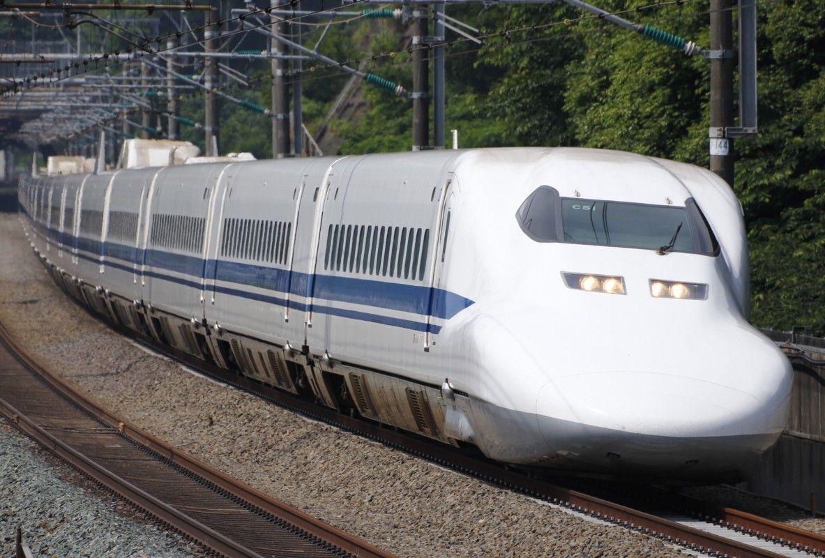 カーブに差し掛かった新幹線。
