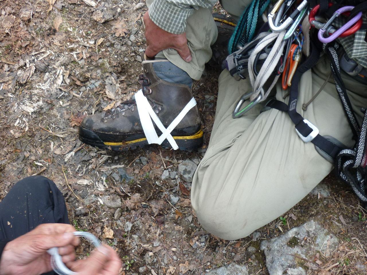 幽ノ沢左俣中央ルンゼ登攀終了後、堅炭尾根から芝倉沢を下山して出合に着いた時に西脇氏の登山靴のソールが剥がれたので、応急処置(針金0.3mm・テープ)