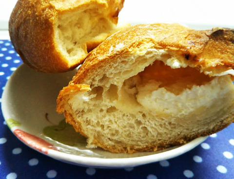 角切りチーズとチーズクリームを包んだフランスパン