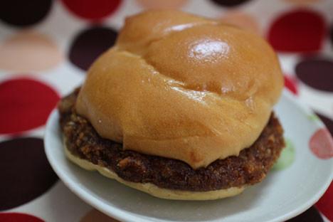 肉の旨味広がるメンチカツバーガー