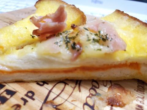 フレンチトースト 4種のチーズとトマトソース