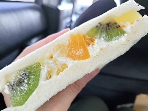 フルーツをたっぷり使用4種のフルーツ【セブンイレブン】