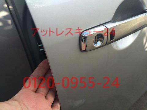 ニッサンSERENA鍵のレスキュー車内インキー開錠