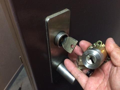 玄関ドア鍵交換 MIWAロックURシリンダー