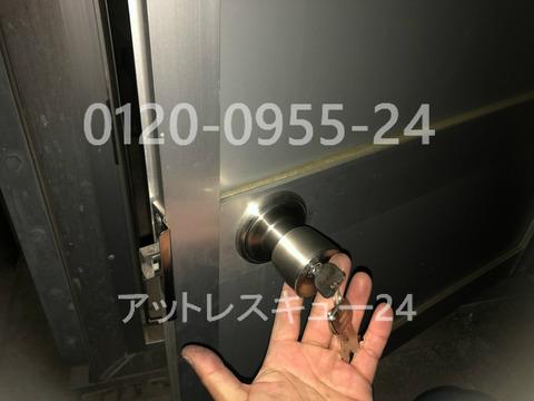 屋外設置貯水タンク扉の鍵交換