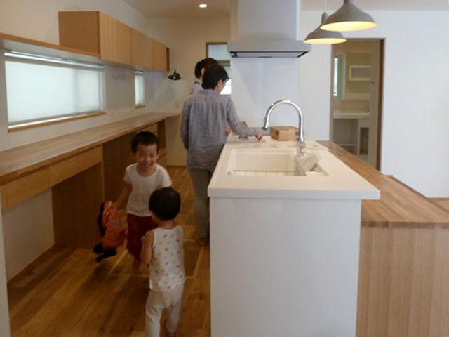 アイランドキッチンを回る子供たち