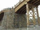 流出した錦帯橋の橋脚
