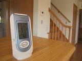 ダイニングカウンター上の温湿度計