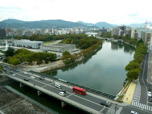 平和記念公園と元安川