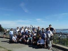 シアトルの景観をバックに記念撮影
