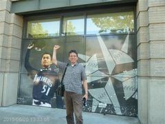 セーフコ・フィールドのイチロー画像の前で