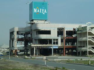 津波で被災した鉄骨のショッピングセンター