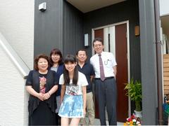 二世帯住宅の玄関前で記念撮影