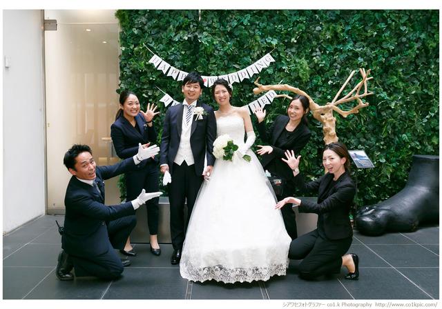 結婚式カメラマン景山幸一|会場スタッフの方々とお二人