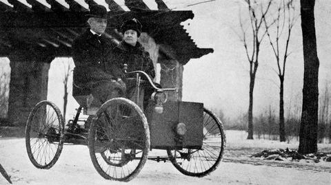フォード初の自動車に乗るヘンリー・フォード夫妻