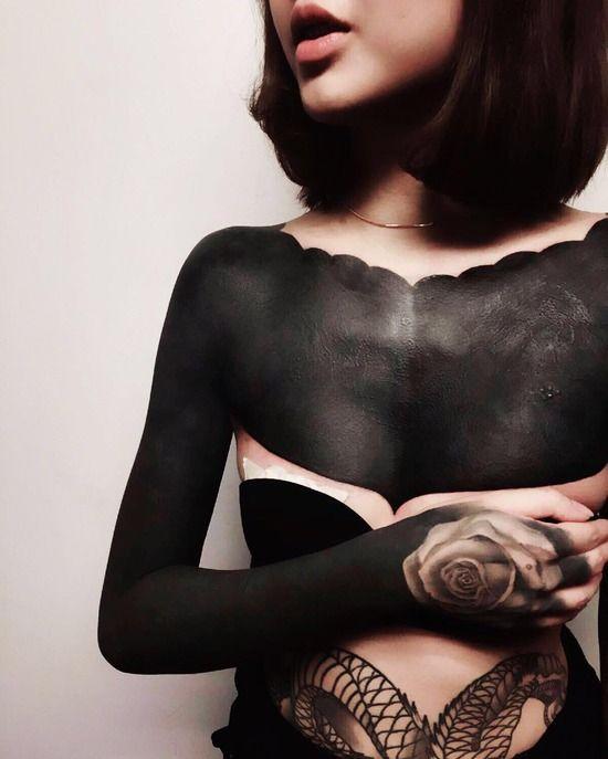 【画像】修復不可能な皮膚を黒く塗りつぶすタトゥーが流行中wwwwww