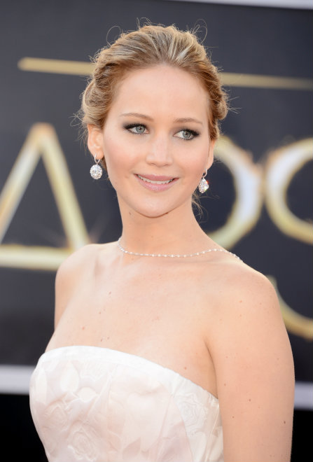 jennifer-lawrence-oscars-2013-2-pearl-necklace-diamond-earrings
