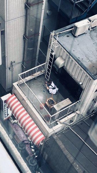 メイドさん屋上でヤンキー座りでタバコ吸ってる姿