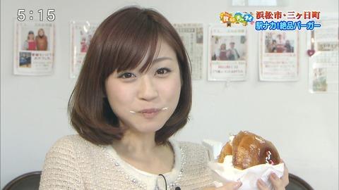 牧野結美アナハンバーガーを食べて口の周りにクリームを付ける