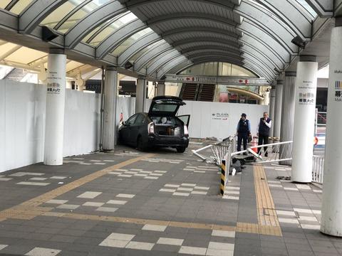 海浜幕張駅にプリウスタクシー突入